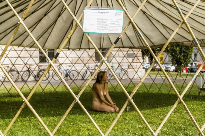 She-Artist, Species Artist, Performance, Art market, naked, Kulturjurte